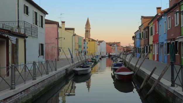 Cicha ulica z kanałem i kolorowymi domami na wyspie burano we włoszech