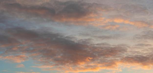 Cichy zachód słońca. mroczny nieba tło z kolorowymi chmurami