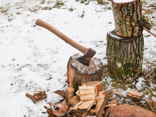 Cięcie drewna siekierą. ręcznie zaostrzony topór do cięcia drewna. pozyskanie drewna opałowego.