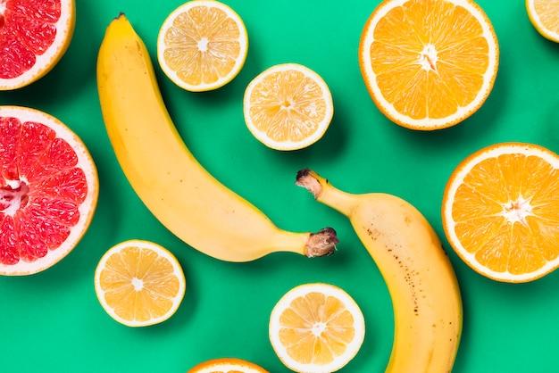 Cięcie kolorowych świeżych owoców tropikalnych