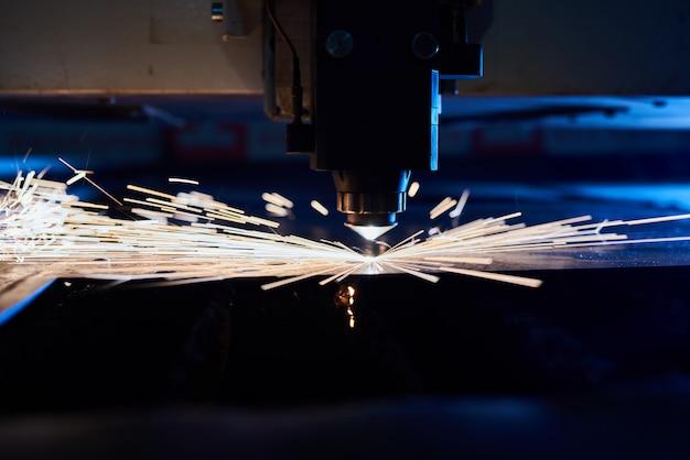 Cięcie laserem cnc metalu z bliska