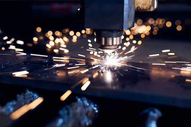Cięcie laserowe cnc metalu z bliska, nowoczesna technologia przemysłowa. mała głębia ostrości