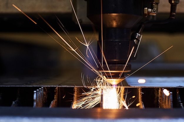 Cięcie laserowe cnc metalu z bliska, nowoczesna technologia przemysłowa.
