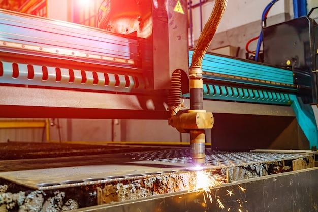 Cięcie metalu za pomocą maszyny. cięcie laserowe płaskiego materiału z blachy stalowej z iskrami