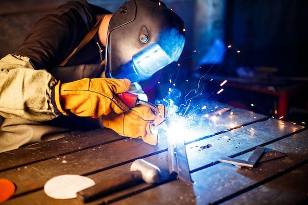 Cięcie metalu za pomocą sprzętu plazmowego na zakładzie.