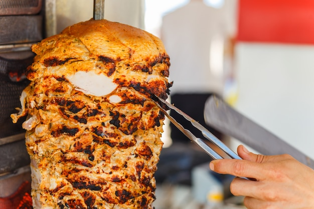 Cięcie mięsa shawarma