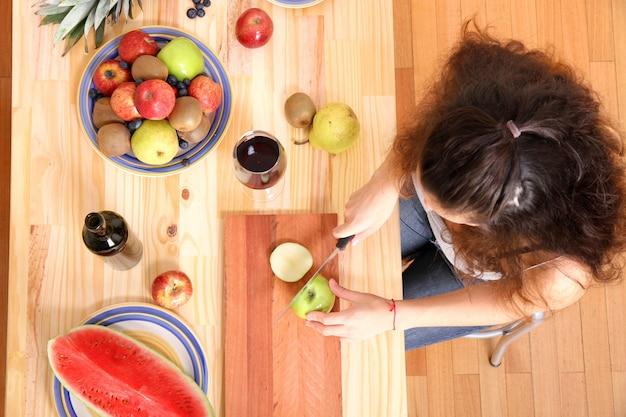 Cięcie owoców na drewnianym stole