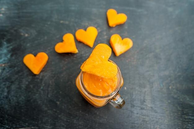 Cięcie papai w kształcie serca. koktajle. płaska konstrukcja leżąca. koncepcja miłości. walentynki