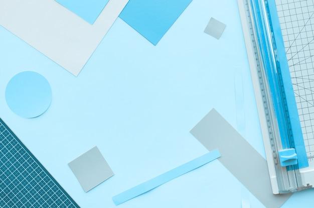 Cięcie papieru narzędziem w kolorowe tło z miejsca