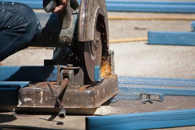 Cięcie stali szlifierką kątową w miejscu zbrojenia żelaza