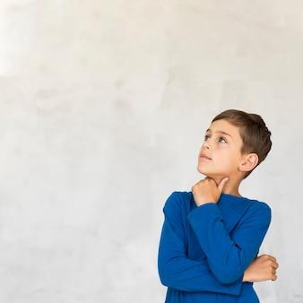 Ciekawa chłopiec z kopii przestrzenią