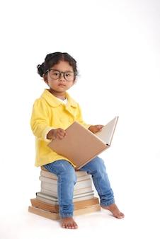 Ciekawa mała dziewczynka z książką