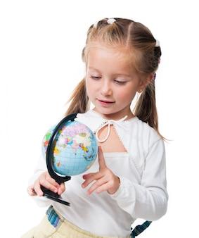 Ciekawa mała dziewczynka z kulą ziemską