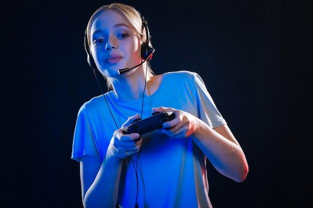 Ciekawa rozrywka. radosna młoda kobieta czuje się podekscytowana podczas grania w gry wideo