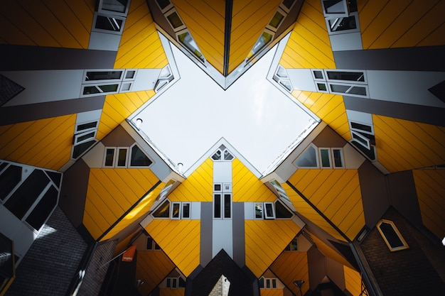 Ciekawa sześcienna żółta architektura