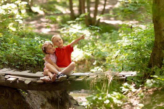 Ciekawe dzieci uczestniczące w poszukiwaniu skarbów