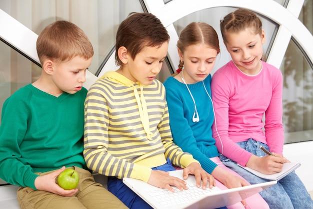 Ciekawy studentów za pomocą laptopa