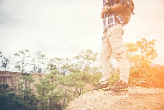 Cieki mężczyzna i rocznik fotografii retro kamery podróży plenerowego stylu życia wakacji pojęcie