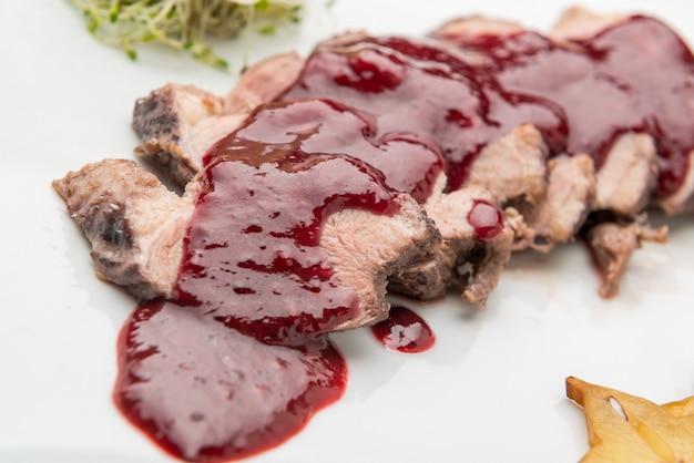 Cielęcina, wołowina w sosie wiśniowym.