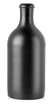 Ciemna butelka z napojem alkoholowym odizolowywającym na bielu