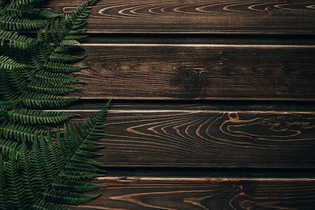 Ciemna drewniana ściana z liśćmi