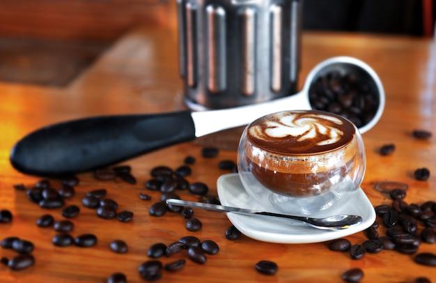 Ciemna kawa zmieszana z mlekiem.