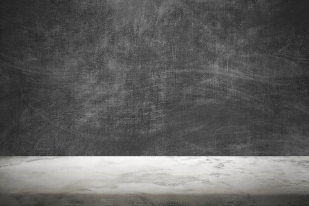 Ciemna ściana cementowa z białym tłem produktu podłogowego z marmuru