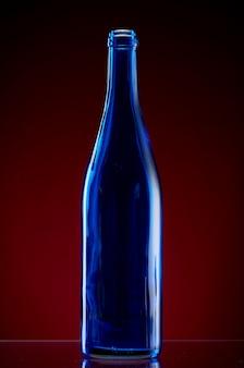 Ciemna szklana butelka na czerwono