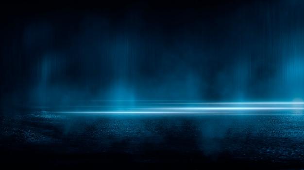 Ciemna ulica mokre odbicia asfaltu promieni w wodzie streszczenie ciemnoniebieski dym smog puste ciemne sceny neon light spotlights