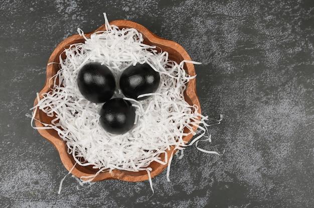 Ciemna wielkanoc. czarna koncepcja wielkanoc. czarne jajka wielkanoc dla czarnych.
