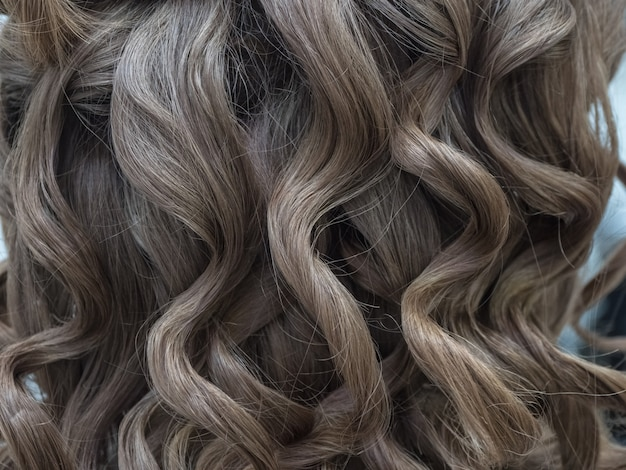 Ciemne blond falowane włosy