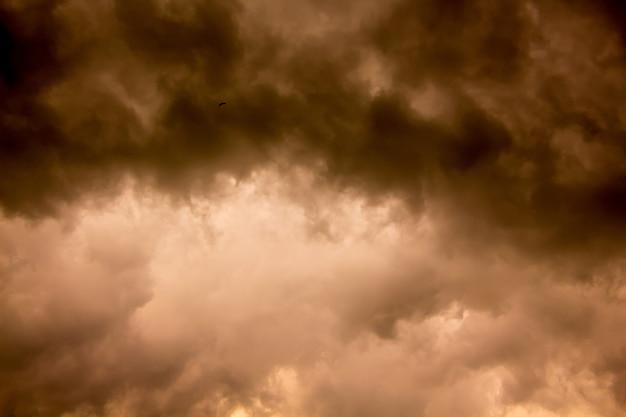 Ciemne burzowe chmury podczas zmierzchu. klęski żywiołowe