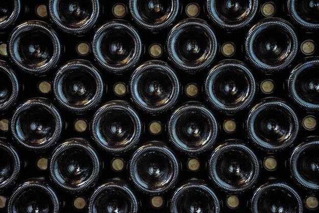 Ciemne butelki wina wyłożone w rzędach