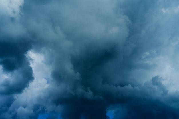 Ciemne chmury burzowe przed deszczem. charakter tła - obraz