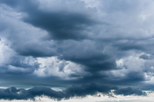 Ciemne chmury burzowe. sezon burzowy. ogromne czarne chmury burzowe ciągnęły niebo