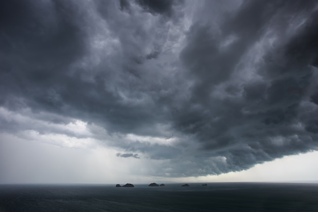 Ciemne chmury przed deszczem nad morzem w tajlandii