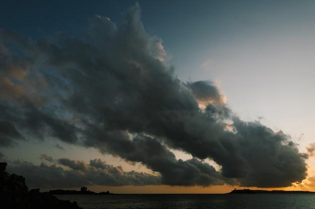 Ciemne chmury przesuwają się po niebie nad morzem w pobliżu fortu arza w pobliżu wyspy mamula in