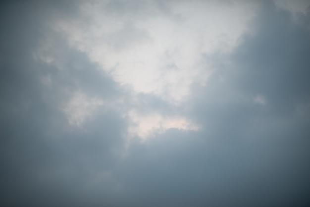Ciemne czarne chmury na niebie, burzliwy deszcz chmury tło.