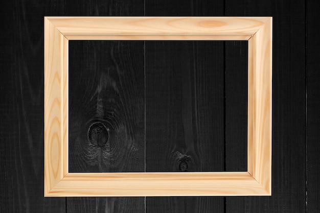 Ciemne drewno z pustą ramką na zdjęcia