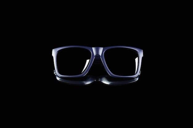 Ciemne klasyczne okulary przeciwsłoneczne na czarnej lustrzanej powierzchni