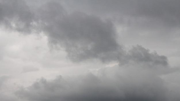Ciemne niebo i dramatyczna czarna chmura przed deszczem.