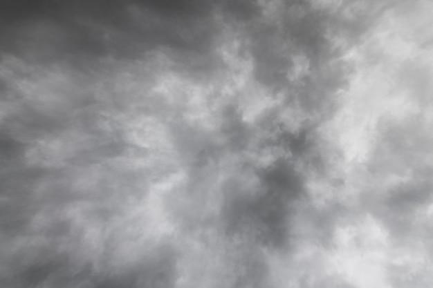 Ciemne niebo i dramatyczna tekstura czarnej chmury przed deszczem