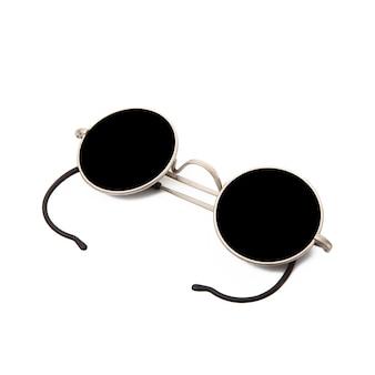 Ciemne okulary przeciwsłoneczne na białym tle