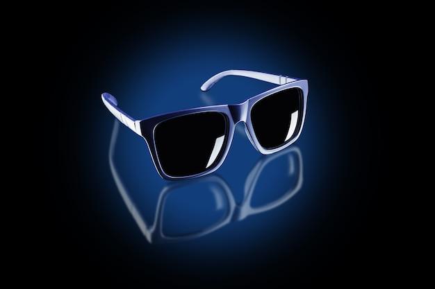 Ciemne okulary przeciwsłoneczne w kręgu niebieskiego światła na czarnej odblaskowej powierzchni, przezroczyste odbicie