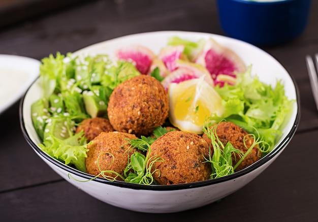 Ciemne potrawy z bliskiego wschodu lub arabskie