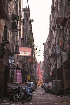 Ciemne puste indyjskie tło ulicy slumsów