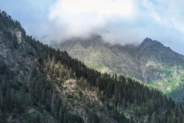 Ciemne skały i chmury. kaukaz, dombai, karaczajo-czerkiesja