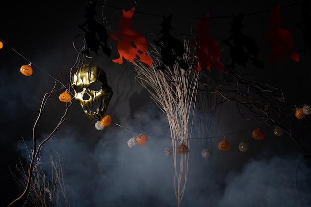 Ciemne środowisko halloween zdobią pomarańczowe czarownice
