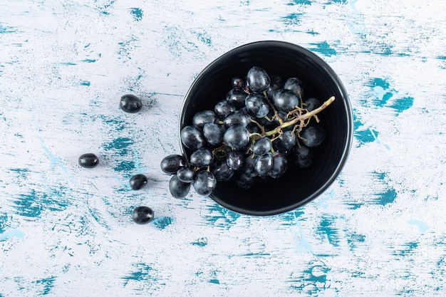 Ciemne, świeże winogrona w misce.