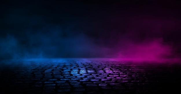 Ciemne tło ulicy, odblask niebieskiego i czerwonego neonu na asfalcie.